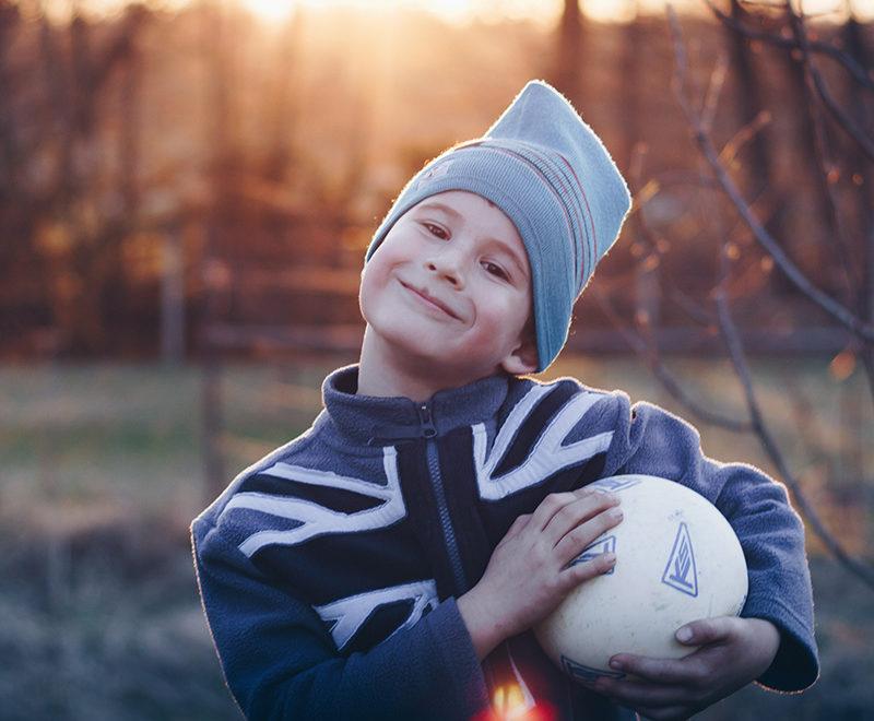 chłopiec z piłką
